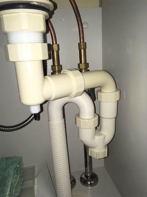 洗面所下の止水栓バルブ