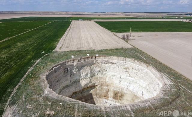 トルコの穀倉地帯にできた大穴の原因は?