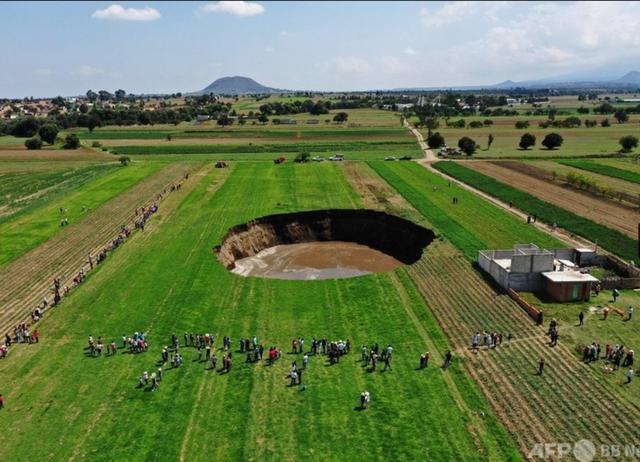 メキシコの巨大な陥没穴3